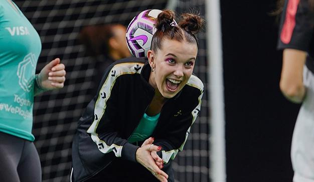 Millie Bobbie Brown apoya el fútbol femenino en la última campaña de la UEFA